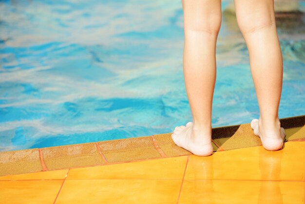 Les enfants s'amuser avec de l'eau sur la piscine d'été