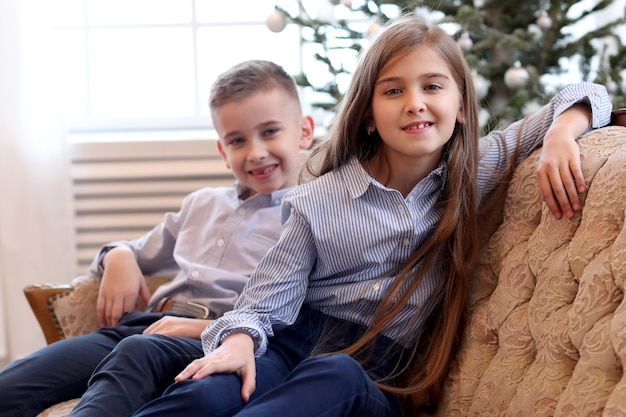 Les enfants s'assoient sur le canapé