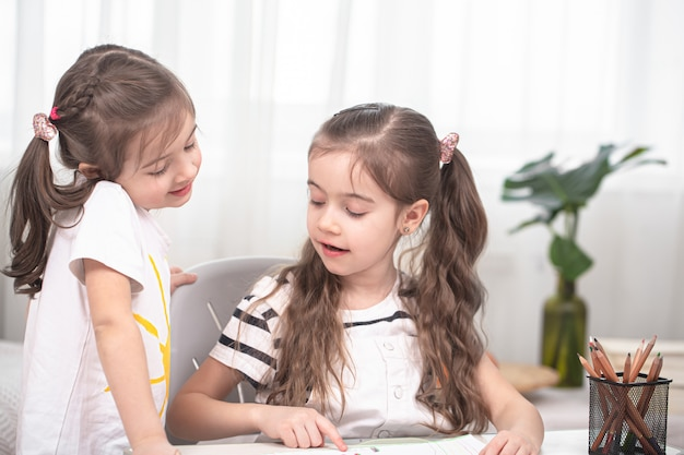 Les enfants s'assoient à table et font leurs devoirs