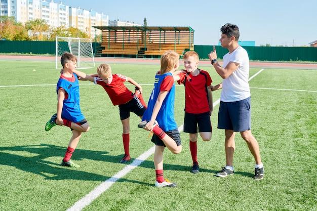 Enfants s'étirant avant l'entraînement