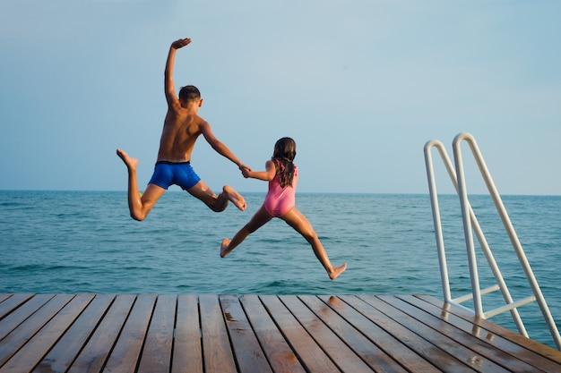 Les enfants sautent dans la mer