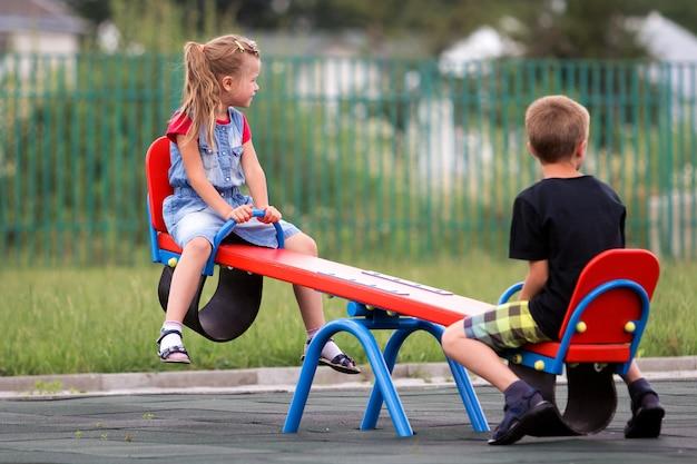 Les enfants se balancent sur la scie