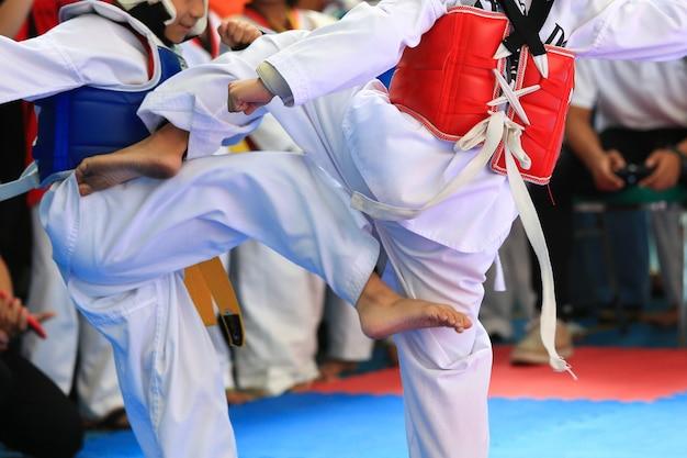 Les enfants se battent sur scène pendant le tournoi de taekwondo