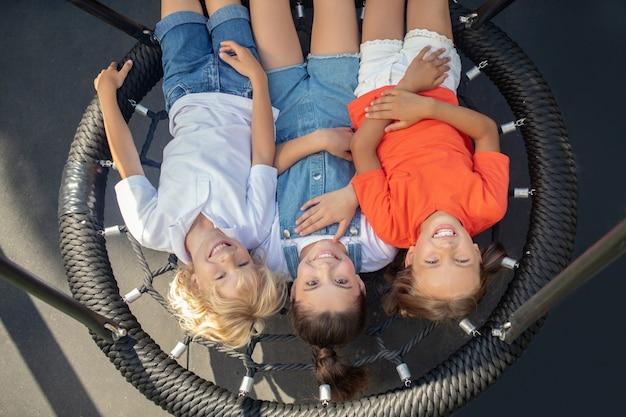 Les enfants se détendent après avoir joué et ont l'air heureux
