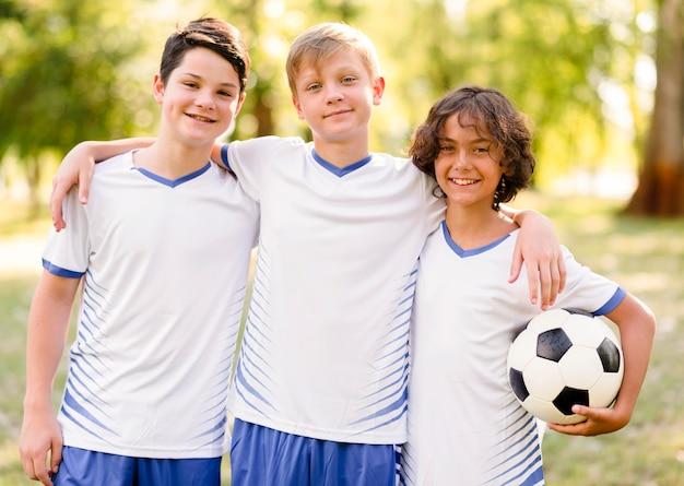 Les enfants se préparent pour un match de football