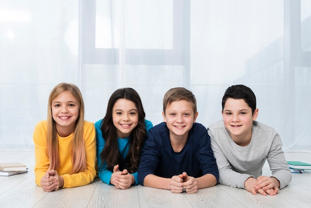 Enfants smiley à faible angle