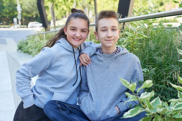 Les enfants sont des adolescents qui marchent dans la rue. garçon et fille sont les meilleurs amis. enfance heureuse. notion d'amitié