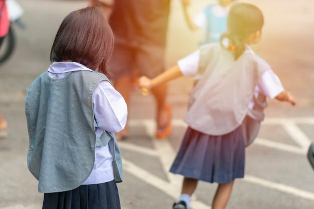 Les enfants sont de retour de l'école.