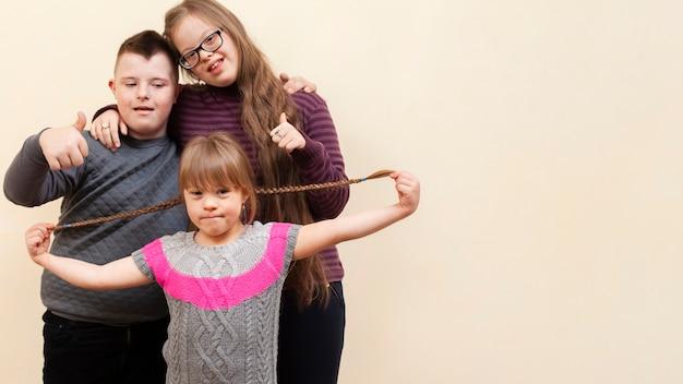 Enfants souriants atteints de trisomie 21 et espace copie