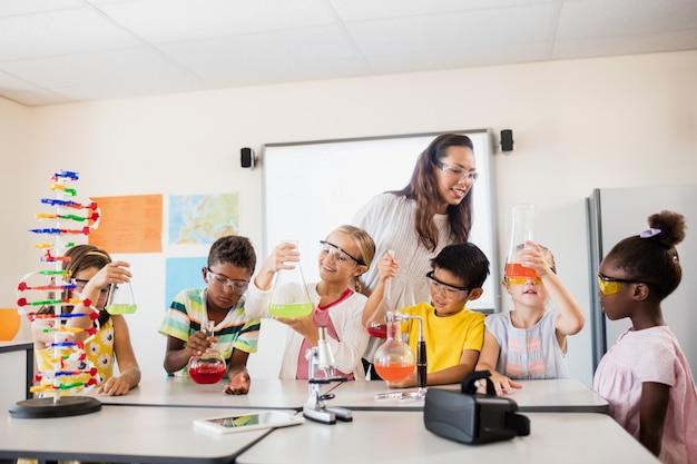 Enfants souriants faisant de la science