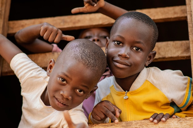 Enfants souriants gros plan posant ensemble