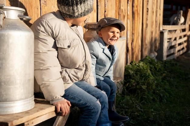 Enfants souriants de plan moyen dans la nature