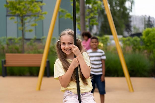 Enfants souriants à plan moyen à l'extérieur
