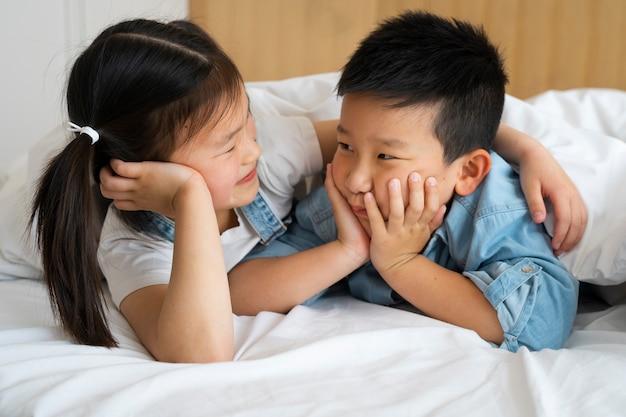 Enfants souriants à plan moyen