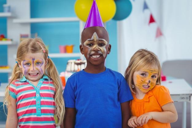 Enfants souriants avec des visages peints