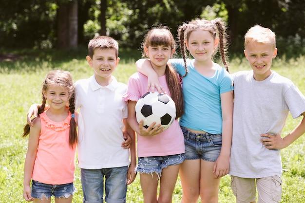 Enfants souriants vue de face posant