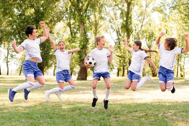 Enfants en sportswear sautant
