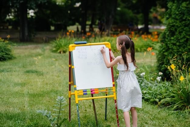 Les enfants suivent des cours en plein air dans le parc.