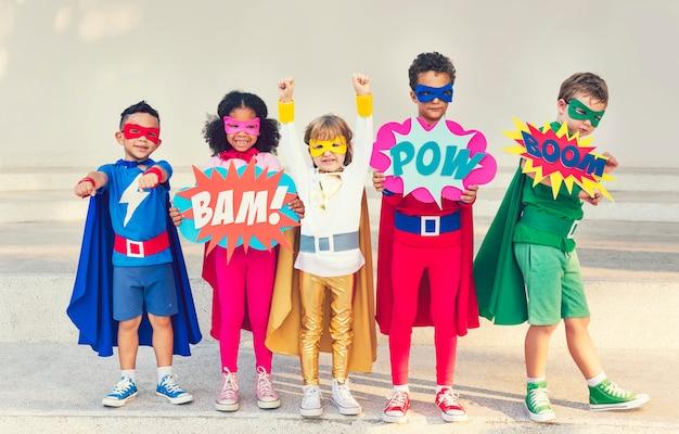 Enfants super-héros colorés avec des super-pouvoirs