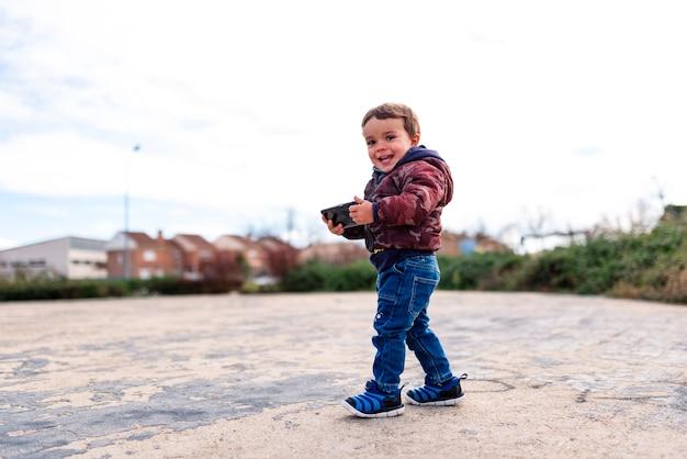 Enfants surfant sur internet à l'extérieur sur un téléphone mobile