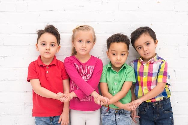 Enfants, tenant main, dans groupe