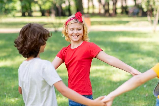 Enfants, tenant mains, quoique, jouer