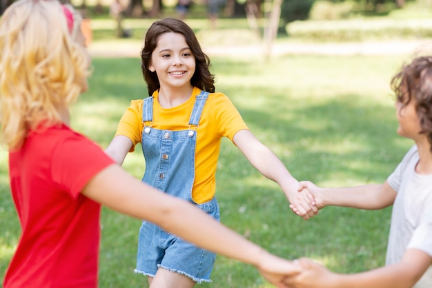 Enfants, tenant mains