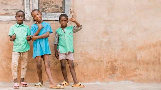 Enfants tir complet posant à l'extérieur