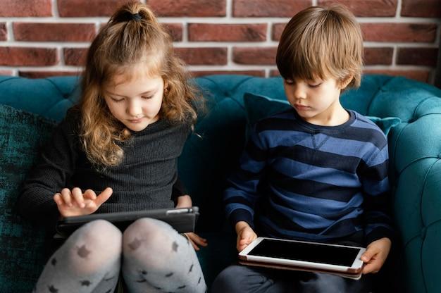 Enfants de tir moyen avec des appareils