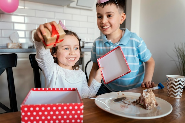 Enfants de tir moyen avec cadeau