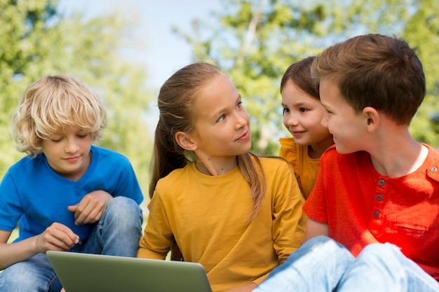 Enfants de tir moyen avec ordinateur portable