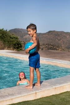 Enfants de tir moyen à la piscine