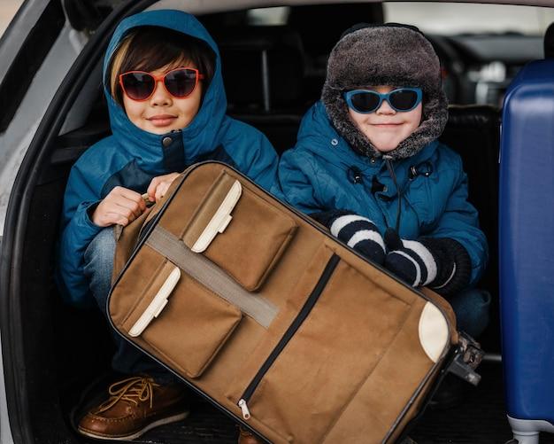 Enfants de tir moyen portant des lunettes de soleil