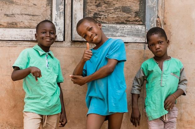 Enfants tir moyen posant à l'extérieur