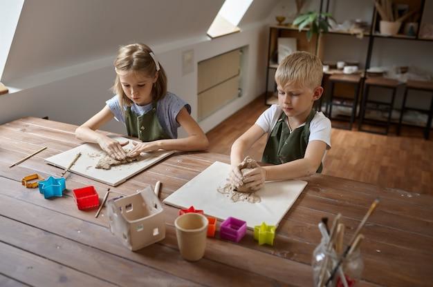 Les enfants travaillent avec de l'argile, les enfants en atelier