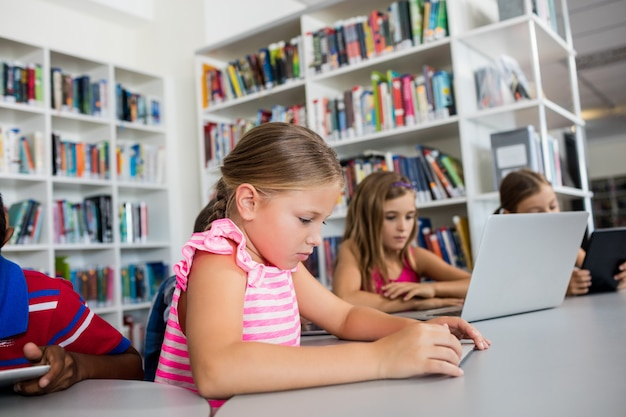 Enfants utilisant la technologie