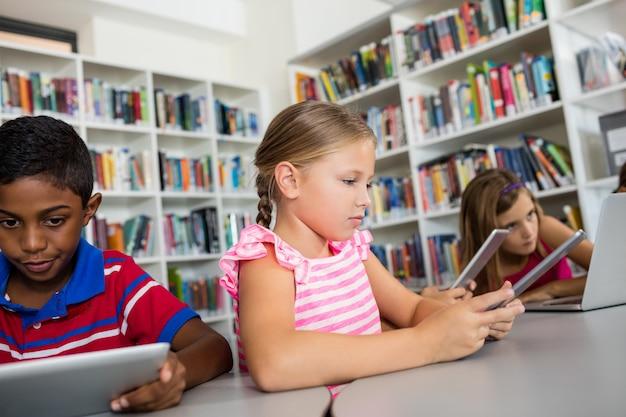 Les enfants utilisent la technologie