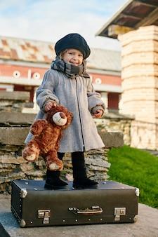 Enfants avec valises de voyage, automne rétro