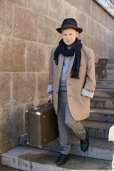 Enfants avec valises voyagent rétro printemps automne