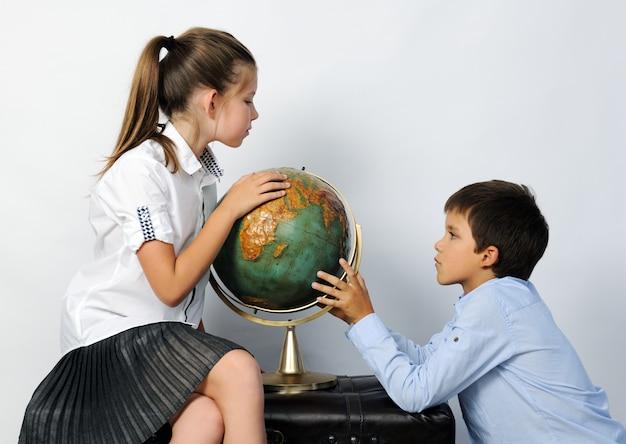 Enfants avec vieux globe