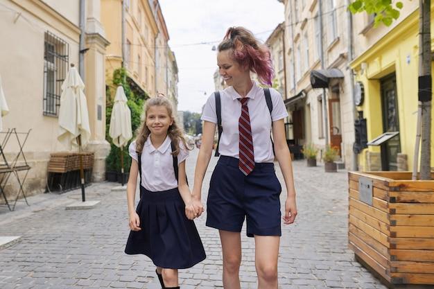 Les enfants vont à l'école