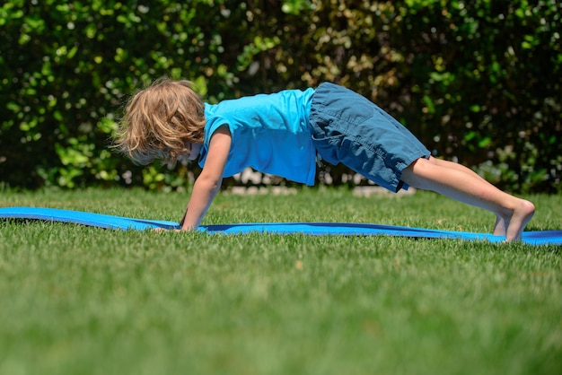 Enfants yoga enfant faisant des exercices de yoga garçon yoga en plein air