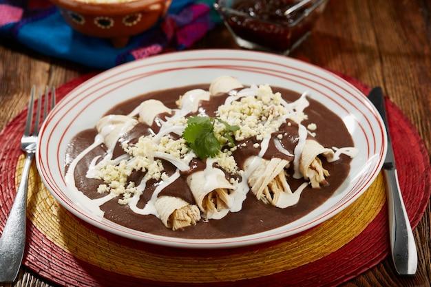 Enfrijoladas con pollo crema y queso comida tipica mexicana