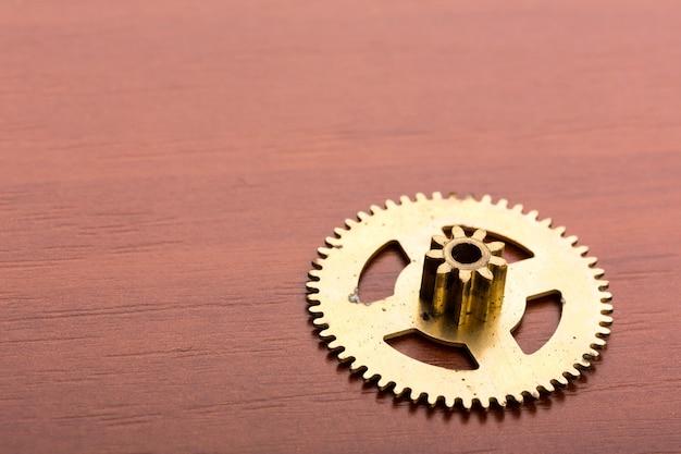 Un engrenage d'horloge sur la table en bois
