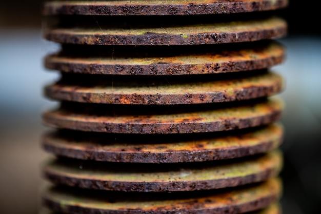 Engrenage industriel en spirale travaillant en usine.