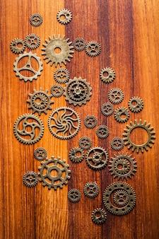 Engrenages mécaniques steampunk sur surface en bois