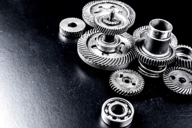 Engrenages en métal sur fond noir