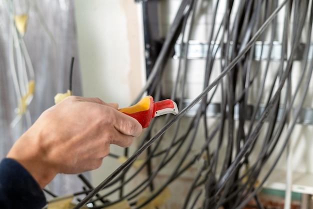 Enlever l'isolation de l'extrémité d'un fil de cuivre service électrique à domicile travaux électriques