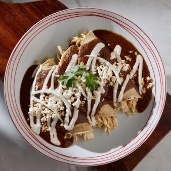 Enmoladas de pollo comida tipica mexicana tortilla de maiz rellena de pollo cubiertas de mole