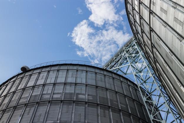 Énorme, argent, silos dans une usine d'alimentation